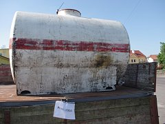 K cisternám pro pitnou vodu budou lidé v Hrušovanech chodit zřejmě nejméně do úterý.