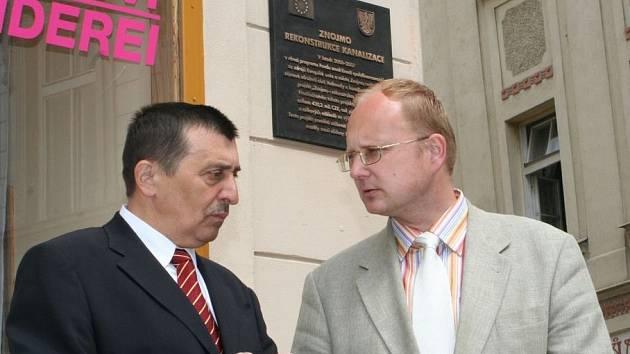 Místostarosta Znojma Pavel Balík (vlevo) a  bývalý ministr Libor Ambrozek u nové pamětní desky na Horním náměstí ve Znojmě.