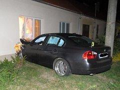 Velký úlek způsobil řidič bavoráku obyvatelům rodinného domu v Suchohrdlech u Miroslavi devadesát minut po nedělní půlnoci. Jel rychle, nezvládl řízení, a proboural se do jedné z místností domu.