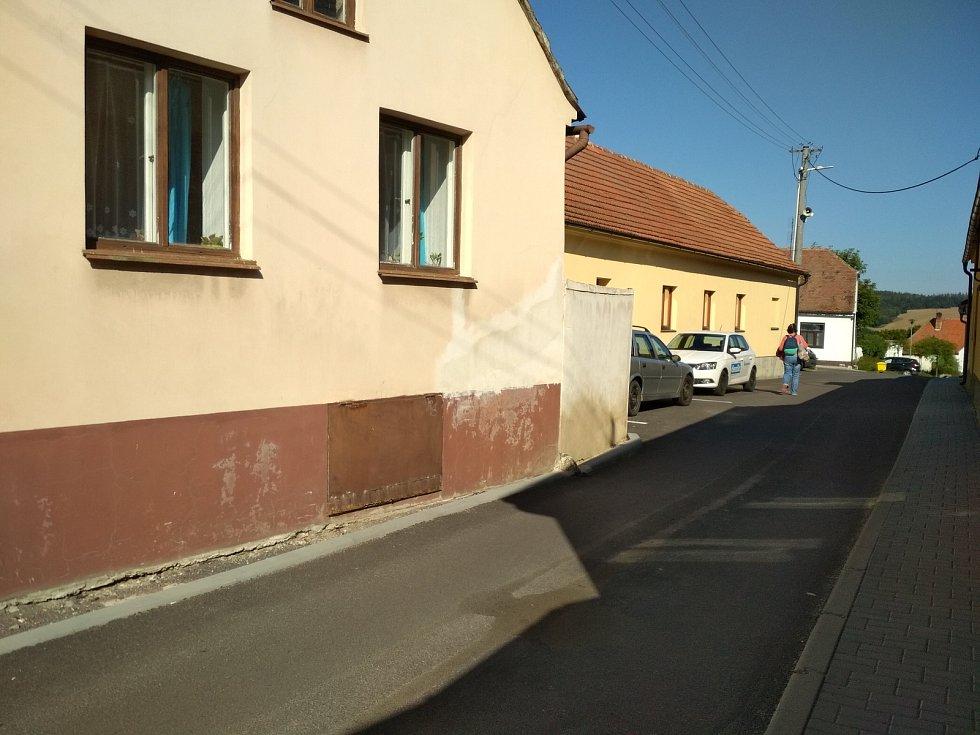 Z kruhového objezdu v Jevišovicích vyjíždějí chybně náklaďáky do centra městečka. Tam poškozují domy.