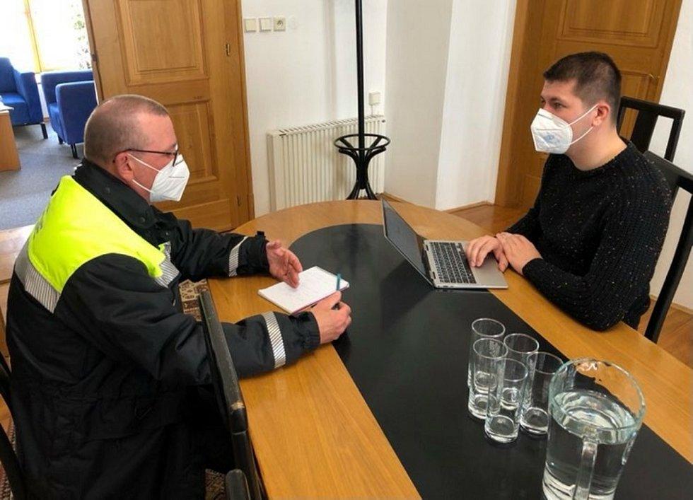 Starosta Jakub Malačka (na snímku vpravo) při schůzce s městským policistou.