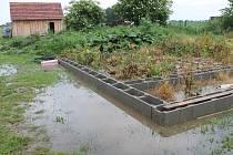 Asi půlhodinová průtrž mračen, která se přehnala nad Znojemskem, zalila několik zahrad i sklepů v Načeraticích. Voda se dostala i do sklepa a na zahradu domu Stanislava Havlíka.