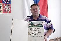 KRONIKA. Starosta Vítonic Josef Střecha je pyšný na obecní kroniku, která má již tři vydání. Představuje cenný symbol obce.