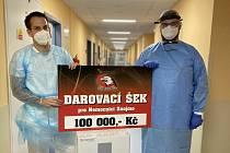Znojemští Orli darovali nemocnici sto tisíc korun.