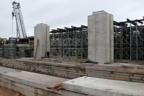 Stavbaři, zástupci Ředitelství silnic a dálnic, starosta Znojma na kontrolním dni stavby obchvatu