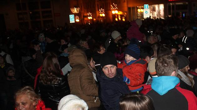 Zahájení adventu ve Znojmě narušilo nalezení podezřelého kufříku. Policie evakuovala ulici, která ústí k Hornímu náměstí.