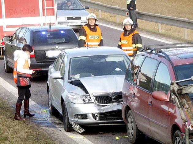 K nehodě tří osobních aut vyjížděli policisté a hasiči o předposledním únorovém pondělku k Pavlicím.