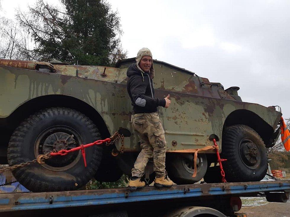 Nadšenec do vojenské historie Petr Prokeš (na snímku) z obce Dyje na Znojemsku si přivezl na dvorek obrněný transportér. Renovuje ho s kamarádem Petrem Klíčníkem.