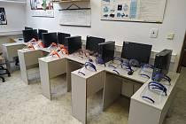 Ochranné štíty pro zdravotníky a další pracovníky v první linii při epidemii koronaviru tiskou v těchto dnech i 3D tiskárny znojemské GPOA. Foto: archiv školy