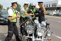 Policisté se ve Znojmě zaměřili na motorkáře. Upozorňovali je na vhodnost používání reflexních prvků, které jim také darovali. Byly to reflexní šle.