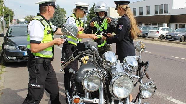 Policisté rozdávali reflexní šle motorkářům
