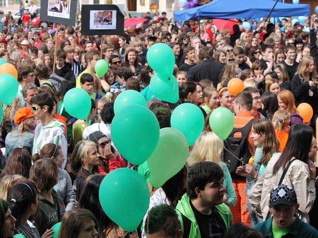 Majálesový průvod čítající na dva tisíce studentů Horním parkem, ulicí Pontassievskou, Zámečnickou a Obrokovou na znojemské Horní náměstí.