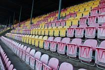 Původní sedačky z nyní rekonstruovaného znojemského fotbalového stadionu.