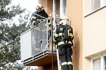 Hasiči vyjeli v pondělí k požáru na balkonu bytu ve znojemské ulici Dukelských bojovníků.