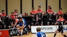 Znojemští prvoligoví florbalisté (v červeno-černém) porazili na domácí palubovce Petrovice 8:6.