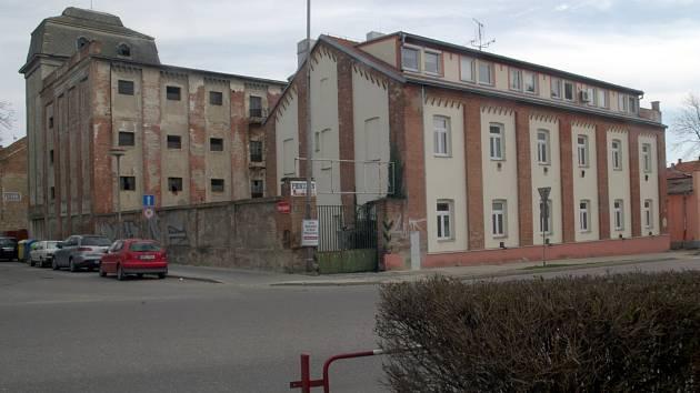 Rodinné domy kolem Kellerova mlýna ve Znojmě u Žižkova náměstí nechtějí ve svém vnitrobloku (obrázek vpravo) čtyřpodlažní bytový dům, který tam plánuje soukromá firma.