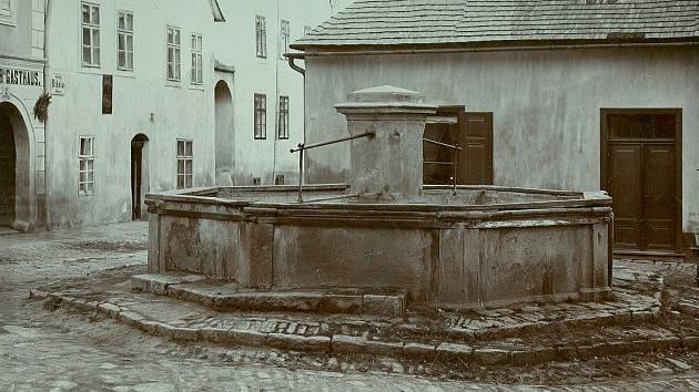 Kašna na Mikulášském náměstí.
