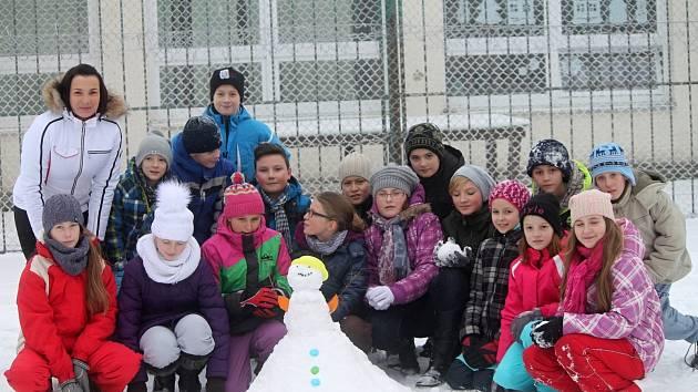 Žáci páté třídy ze znojemské základní školy v ulici Mládeže postavili sněhuláka. Připojili se k celorepublikové akci Sněhuláci pro Afriku.