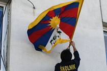 Tibetská vlajka vlaje nad střední odbornou školou technickou ve Znojmě