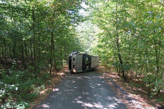 Nehoda auta uvranovské přehrady. Opilý řidič měl štěstí, vyvázl bez zranění.
