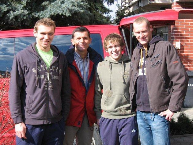 Znojemští plavci: zleva Michal Rubáček, trenér Jiří Kyněra, Martin Havlík a Květoslav Svoboda.