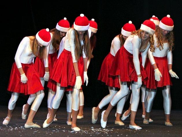 Adventní koncert hudebního oboru Základní umělecké školy, včetně vystoupení žáků tanečního a hereckého oboru přilákal ve čtvrtek večer do hlediště znojemského divadla stovky diváků.