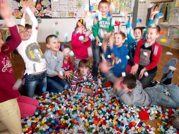 Školáci ze Základní školy vHevlíně sbírají víčka od plastových lahví. Pomáhají tak nemocné dívce.