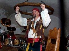 První část výpravného pirátského videoklipu natočili hudebníci z Lucrezia Borgia ve znojemské pivnici U Šneka.