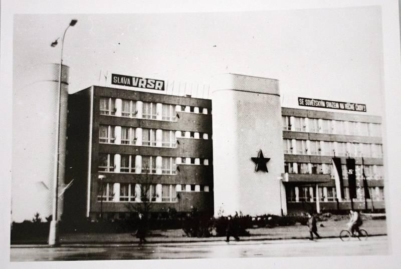 ČLENÍCÍ TUBUSY. Jako Bílý dům znali lidé ve Znojmě sídlo komunistických a odborářských funkcionářů na náměstí Svobody. Budova vyrostla koncem sedmdesátých let, vyprojektoval ji Milan Steinhauser. Inspiroval se brněnským Bílým domem.