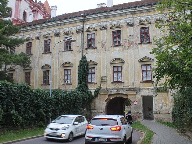 Průjezd skrz Loucký klášter se na čas uzavře.