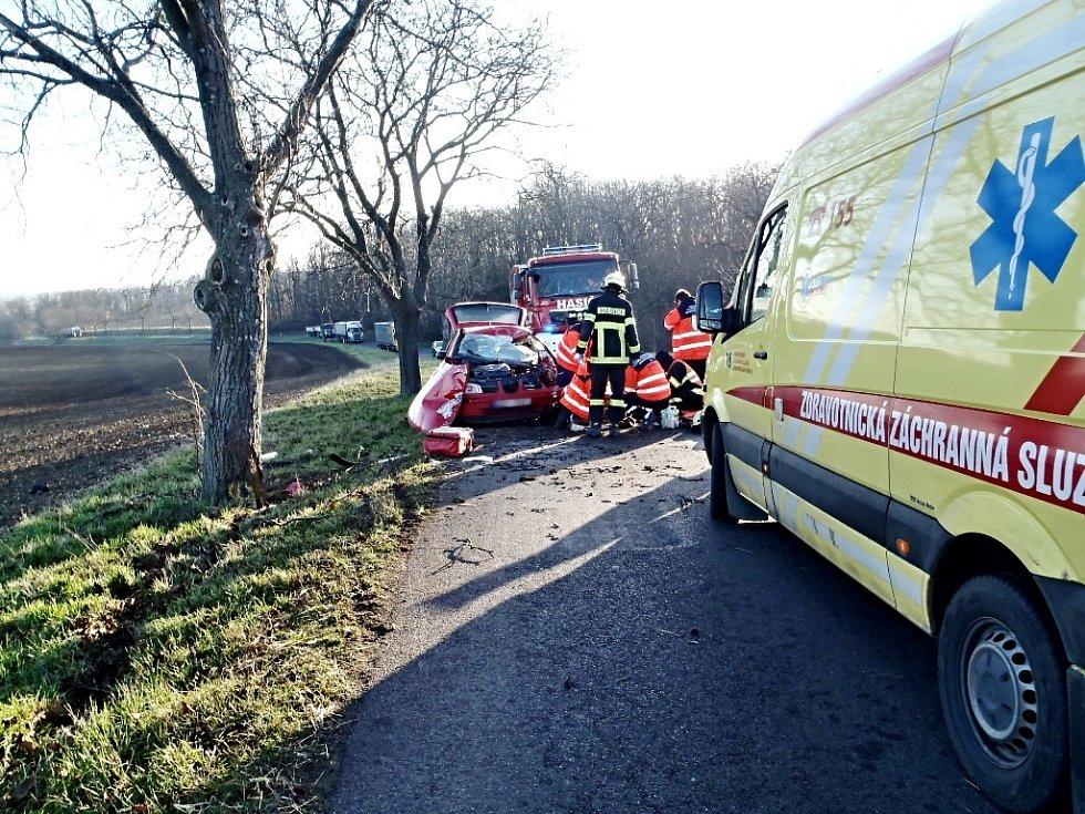 Nehoda u Břežan skončila tragicky. Řidička osobního auta zemřela.