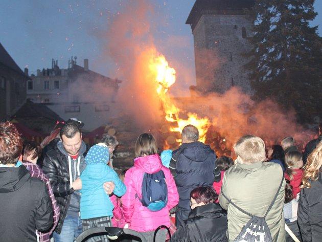 """Stovky lidí zavítaly v neděli večer do Kapucínské zahrady za Vlkovou věží ve Znojmě. Přilákalo je tradiční """"pálení čarodějnic""""."""