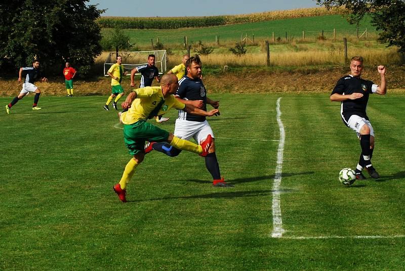 Lesoničtí fotbalisté (v modrém) sehráli druhou zářijovou neděli derby B-skupiny IV. třídy na hřišti sousedních Petrovic. Na zápas, v němž nakonec hosté padli 1:2, vyrazili dálkovým autobusem.
