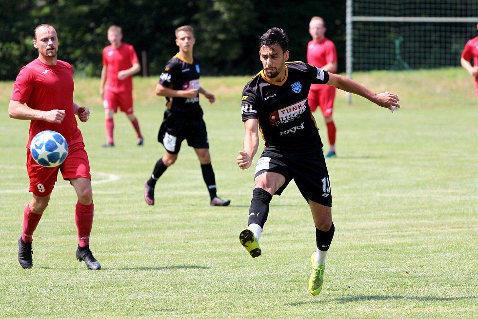 Fotbalisté třetiligového Znojma (v černém) sehráli v sobotu na hřišti v Břežanech přípravné utkání proti divizní Staré Říši.