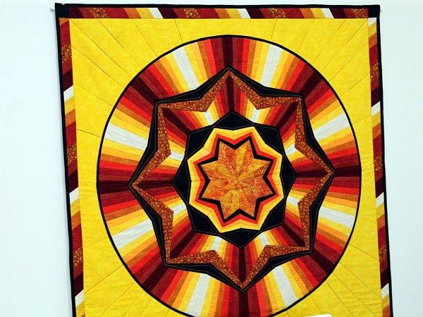 Sešívané kousky různobarevných látek tvoří neotřelé geometrické vzory, které činí tuto techniku velmi populární. Jitka Kubíková miluje vrnění šicího stroje a předává své znalosti spřízněným duším vPatchworkovém klubu.