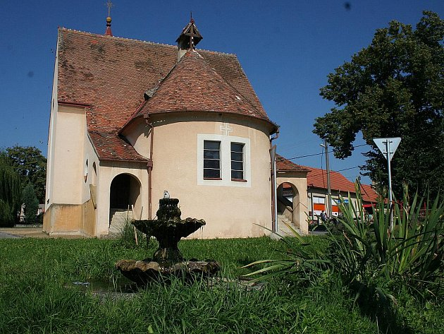 Kostel Zasnoubení Panny Marie v Mackovicích.