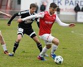 Utkání Fobalové národní ligy mezi FK Pardubice (ve červenobílém) a SC Znojmo FK (v černém) na hřišti pod Vinicí v Pardubicích.