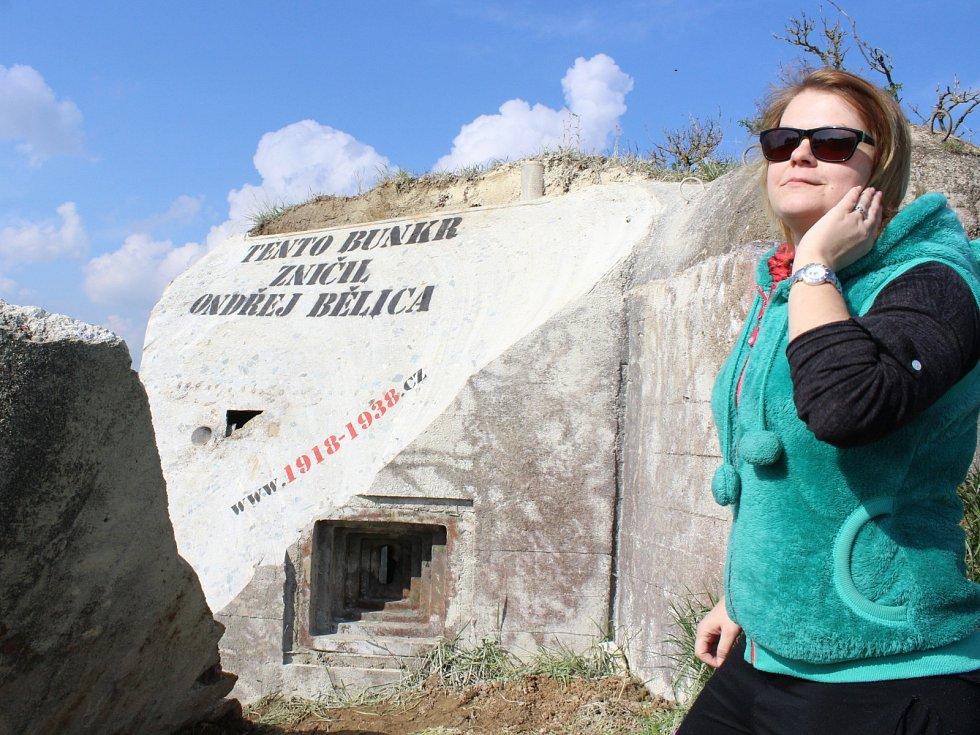 Rozříznutou pevnůstku u Vratěnína někdo pokreslil kritickým nápisem. Na novou podobu bunkru se chodí dívat někteří místní lidé.