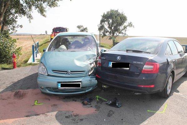 Srazila se auta. Škoda 370tisíc a dva zranění.
