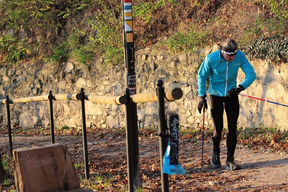 Chodec Janek Vajčner chtěl podpořit znojemskou nemocnici. Během soboty nachodil ve znojemských Karolininých sadech bezmála 60 kilometrů.