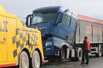 Nehoda na hlavním tahu ze Znojma na Jihlavu a následné odtahy vozidel uzavřely úsek u Grešlového Mýta na několik hodin. Policisté odkláněli dopravu na vedlejší silnice.