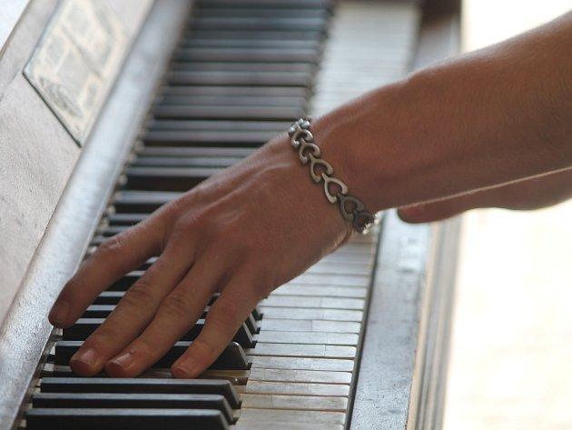 Piano před znojemským obchodním domem Dyje. Ilustrační foto.