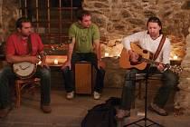 Muzikanti zahájili prazdniny Maxifolkovinami ve sklepě kavárny v centru Znojma.