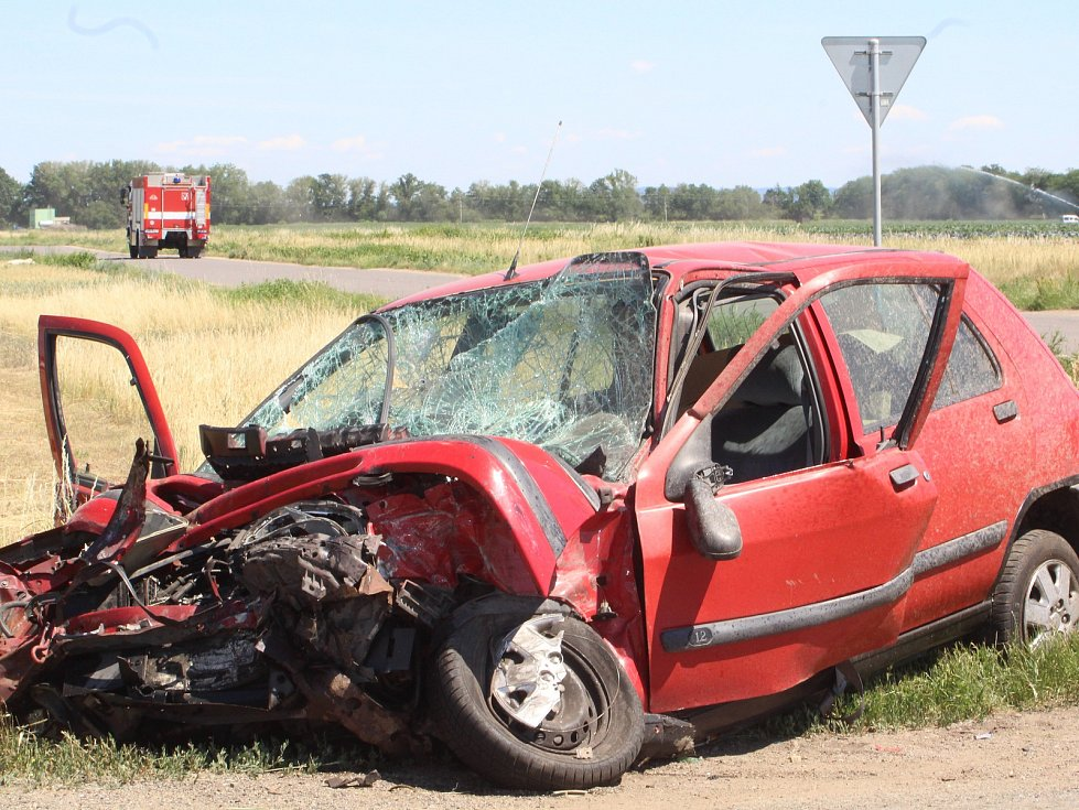 Na silnici třetí třídy číslo 397 se mezi Hrádkem a Božicemi na odbočce na Velký Karlov srazilo osobní auto s nákladním.