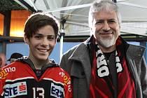 Rakušan Benjamin Wittman (vlevo) se svým otcem Franzem Brandlem fandí hokejovým Orlům více než tři roky.