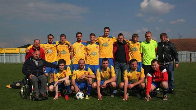 Úraz připoutal Zdeňka Macháčka (na snímku vlevo) z Tasovic na Znojemsku na invalidní vozík. Fotbal ale neopustil, mužstva trénuje i z vozíku.