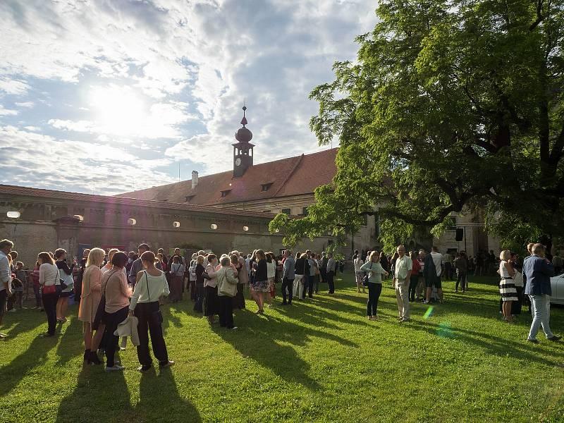 Obnova Státního zámku Uherčice na Znojemsku.  Dobročinný koncert festivalu Hudba Znojmo.