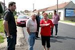 Představitelé Znojma, Správy a údržby silnic a stavební formy po dokončení oprav silnice v roce 2010.