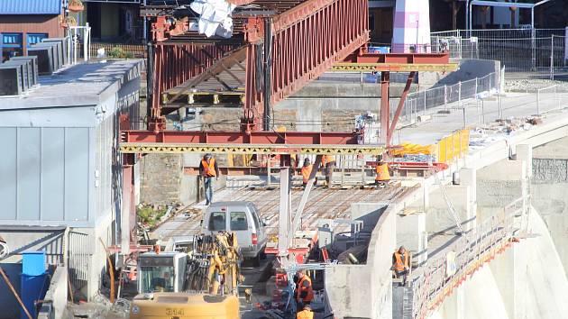 Pracovníci specializované firmy opravují v polovině listopadu korunu hráze vranovské přehrady.
