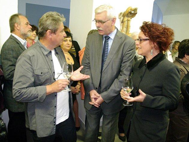 V nové znojemské galerii Agnes začala vernisáží výstava znojemského sochaře Zdeňka Maixera. Umělec (vlevo) hovoří s ředitelem Muzea města Brna Pavlem Ciprianem (iuprostřed) a majitelkou galerie Hanou Čertkovou.